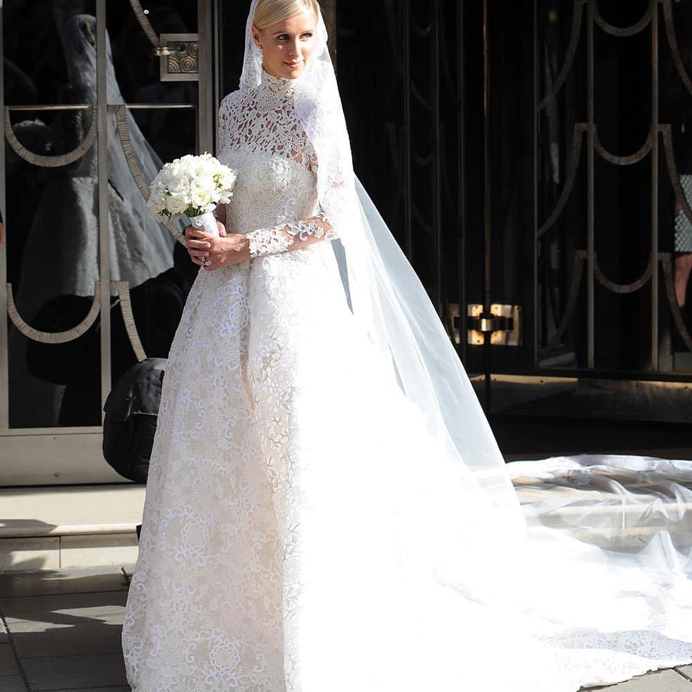 Une mariée vêtue de son voile