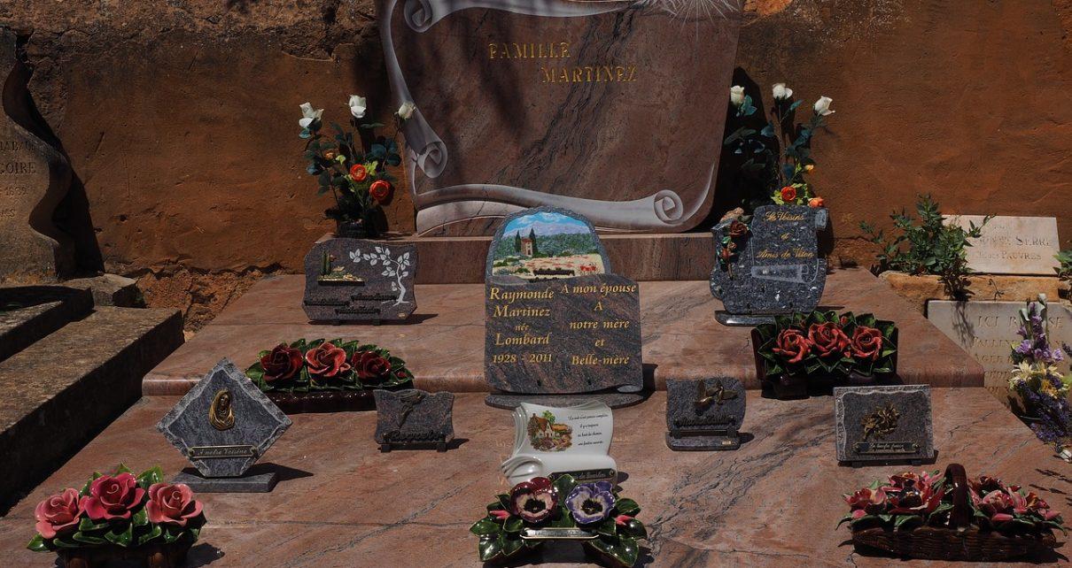 Une tombe avec des plaques funéraires